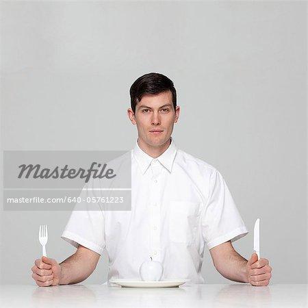 Studio Portrait jungen Mannes Mahlzeit warten