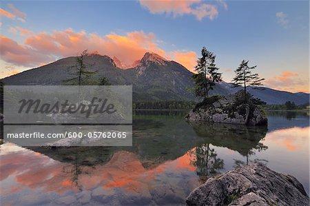 Lac Hintersee et Hochkalter au coucher du soleil, Ramsau, Berchtesgaden, Berchtesgaden, Alpes de Berchtesgaden, Bavière, Allemagne