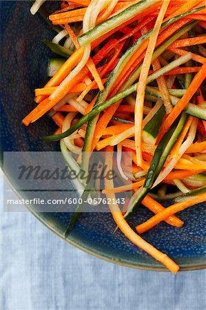 Gros plan de Jullienned légumes sur la plaque
