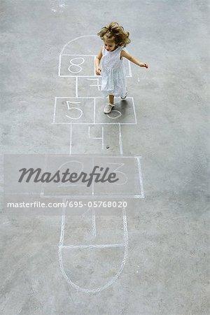 Kleine Mädchen spielen Hopscotch, erhöhte Ansicht