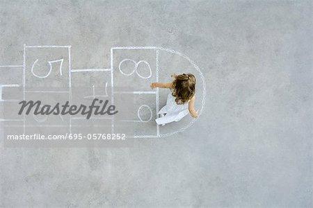 Girl playing Hopscotch, obenliegende Ansicht