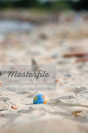 Globe partiellement enfouies dans le sable