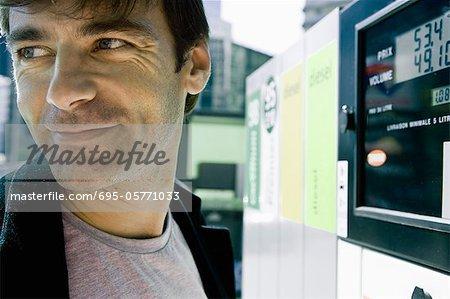 Finition à pompe à essence se préparent à quitter l'homme