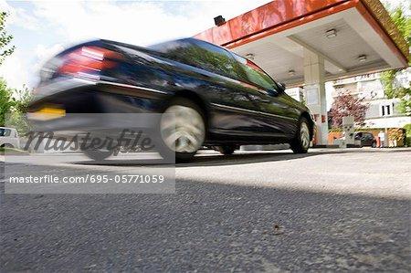 En arrivant à la station d'essence de voiture