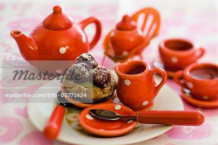 Spielzeug-Tee-Set mit Gebäck