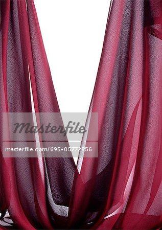 Drapé de tissu transparent rouge