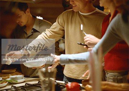 Menschen, die zusammen in der Küche