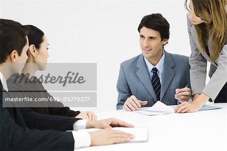 Associés d'affaires assis à table, un seul homme, signature de document