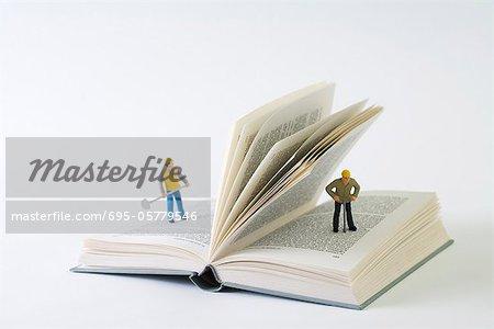 Miniatur-Bauarbeiter auf Öffnen Sie das Adressbuch