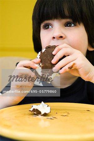 Petit garçon manger désordonné ice cream bar