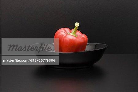 Frische rote Paprika in Schüssel