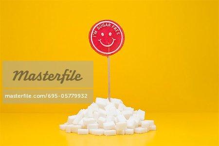Concept de restauration, sans sucre sucette sortant de tas de cubes de sucre