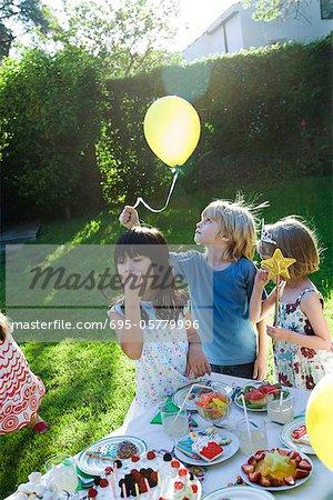 Kinder bei der Geburtstagsfeier im freien