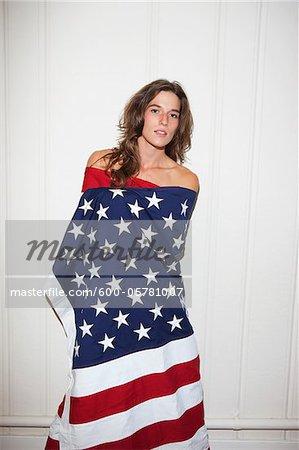 Frau, die amerikanische Flagge umwickelt