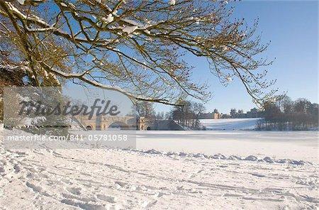 Le lac et le pont à Blenheim Palace après une snow storm, Oxfordshire, Angleterre, Royaume-Uni, Europe