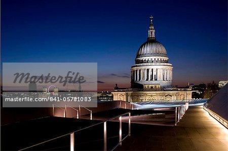 Ein Blick auf die Skyline von London und St. Paul's Cathedral von der Dachterrasse auf eine neue Änderung, London, England, Vereinigtes Königreich, Europa