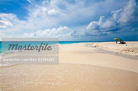 Touristen entspannen Sie am Strand unter Sonnenschirmen, Cayo de Agua, Nationalpark Archipel Los Roques, Venezuela, Südamerika