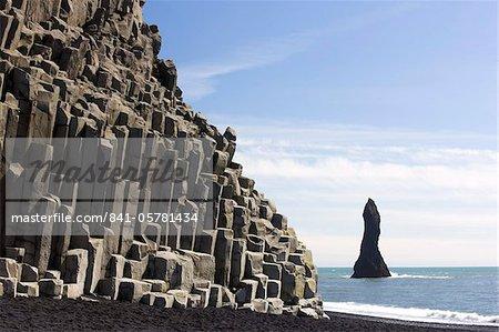 Falaises de basalte et de rock pile, Halsenifs Hellir Beach, près de Vik I Myrdal, South Iceland, Islande, régions polaires