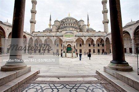 Cour intérieure de la mosquée bleue, construit au Sultan Ahmet ier en 1609, conçu par l'architecte Mehmet Aga, Istanbul, Turquie, Europe