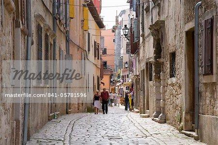Typique rue pavée de la vieille ville, Rovinj (Rovigno), Istrie, Croatie, Europe