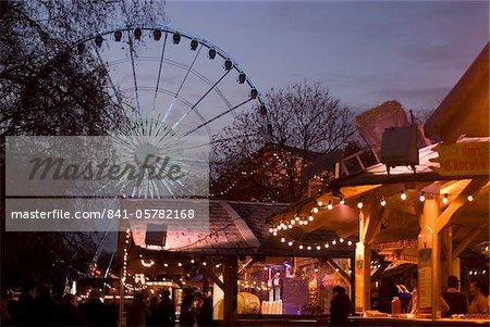 Vue de la grande roue, de nourriture et de boisson se dresse, Winter Wonderland Christmas Fair, Hyde Park, Londres, Royaume-Uni, Europe