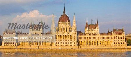 Le bâtiment du Parlement hongrois néo-gothique conçu par Imre Steindl, sur les rives du Danube, patrimoine mondial UNESCO, Budapest, Hongrie, Europe