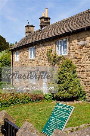 Einer der alten Pest Cottages im Dorf Eyam, die der Schwarze Tod (Pest) zwischen 1665 und 1666, Derbyshire, Peak District National Park, England, Vereinigtes Königreich, Europa erlitten