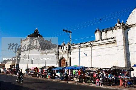 Marché extérieur Leon cathédrale, Basilique de la Asuncion, Leon, Nicaragua, Amérique centrale