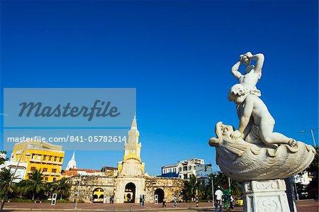 Fontaine en face des remparts de la vieille ville et Puerto del Reloj, patrimoine mondial UNESCO, Cartagena, Colombie, Amérique du Sud