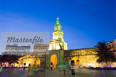 Remparts de la vieille ville et Puerto del Reloj de nuit, patrimoine mondial UNESCO, Carthagène, en Colombie, en Amérique du Sud
