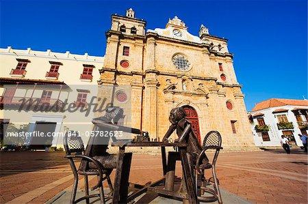 Sculptures métalliques jouant aux échecs devant l'église de San Pedro Claver, vieille ville, patrimoine mondial UNESCO, Cartagena, Colombie, Amérique du Sud