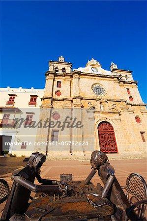 Sculptures métalliques jouant aux échecs devant église de San Pedro Claver, vieille ville, patrimoine mondial UNESCO, Carthagène, en Colombie, en Amérique du Sud