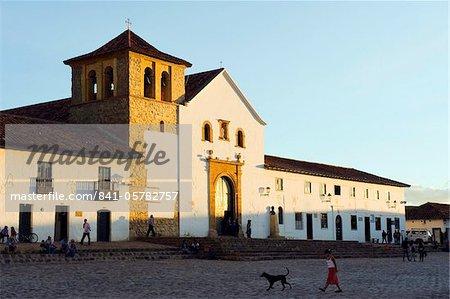 Paroisse de l'église sur la Plaza Mayor, la plus grande place publique en Colombie, la ville coloniale de Villa de Leyva, Colombie, Amérique du Sud