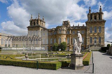Le jardin aquatique et l'aile jardin, le Palais de Blenheim, Oxfordshire, Angleterre, Royaume-Uni, Europe