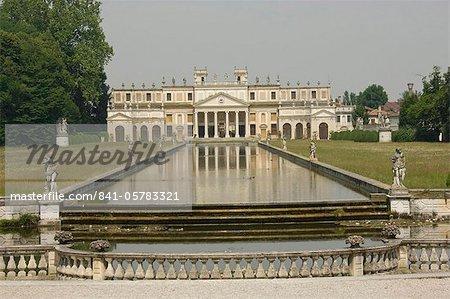 L'étang long et l'annexe de la XVIIIe siècle Villa Pisano à Stra, Riviera du Brenta, Venise, Vénétie, Italie, Europe