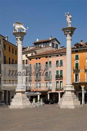 Les colonnes de la Lion de Venise et Saint Theodore dans la Piazza dei Signori, Vicenza, Vénétie, Italie, Europe
