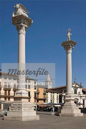 Deux colonnes de la Piazza dei Signori, un portant le Lion de Venise, l'autre, avec St. Theodore, Vicenza, Vénétie, Italie, Europe