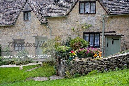 Chalet de pierre sur la ligne de Arlington, Village de Bibury, Gloucestershire, Cotswolds, Angleterre, Royaume-Uni, Europe