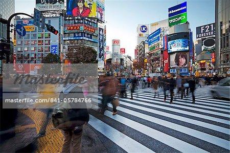Foules traversant l'intersection de Shibuya Crossing célèbre au centre de Shibuya à la mode shopping et divertissement district, Shibuya, Tokyo, Japon, Asie