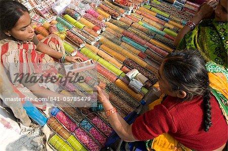 Femme achat bangles (churidar) de décrochage lors de Sonepur Foire bovins, près de Patna, Bihar, Inde, Asie