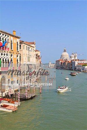 Der Canal Grande und die gewölbte Santa Maria Della Salute, Venedig, UNESCO World Heritage Site, Veneto, Italien, Europa