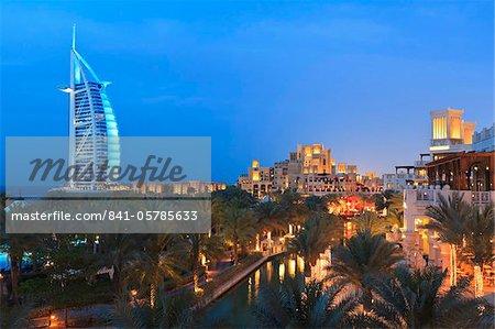 Burj Al Arab vus de la Madinat Jumeirah Hotel à la tombée de la nuit, la plage de Jumeirah, Dubai, Émirats Arabes Unis, Moyen-Orient