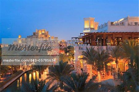 Architecture arabesque de la Madinat Jumeirah Hotel à la tombée de la nuit, la plage de Jumeirah, Dubai, Émirats Arabes Unis, Moyen-Orient