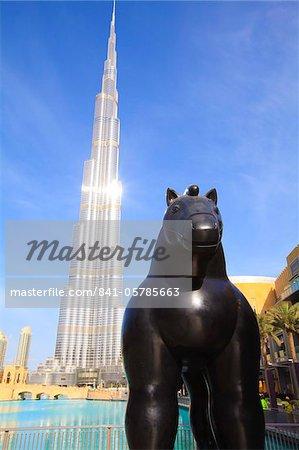 L'homme le plus grand fait de structurer le monde avec ses 828 mètres, Burj Khalifa et Dubai Mall, Downtown Dubai, Dubai, Émirats Arabes Unis, Moyen-Orient
