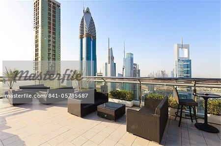 Paysage urbain à partir de bar sur le toit, Sheikh Zayed Road, Dubai, Émirats arabes, Moyen Orient