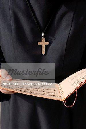 Religieuse catholique tenant une musique sheet, Annecy, Haute-Savoie, France, Europe