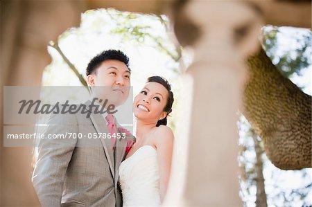 Portrait de mariés à l'extérieur