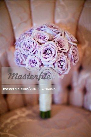 Bouquet de fleurs violettes sur chaise