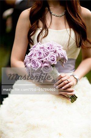 Tenant le Bouquet de la mariée
