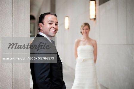 Portrait de mariés avec la mariée en arrière-plan